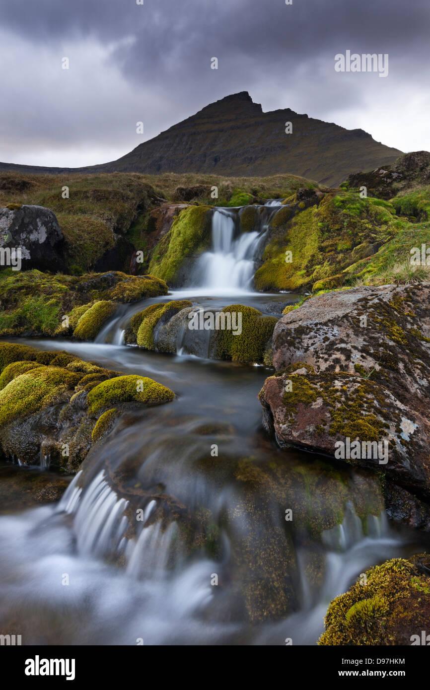 Rocky flux avec chutes d'eau au-dessous de la montagne, Slaettaratindur Eysturoy, îles Féroé, Photo Stock