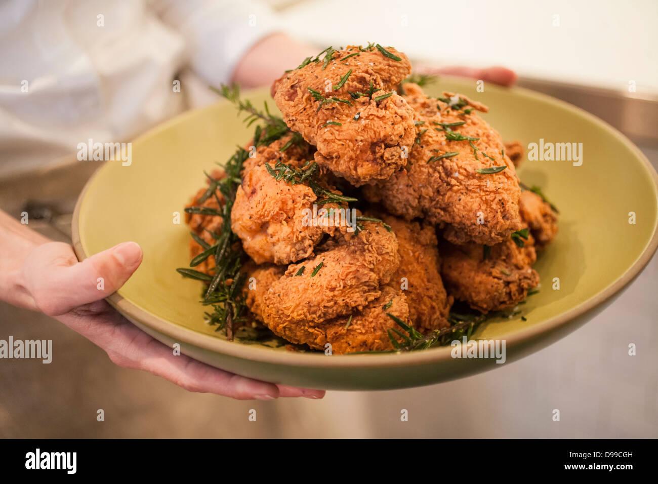 Golden fried chicken prêt à manger sur latable Photo Stock