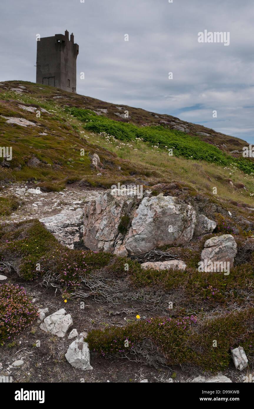 Malin Head Tour, comté de Donegal, sur horizon contre ciel gris, avec des rochers en premier plan. Photo Stock