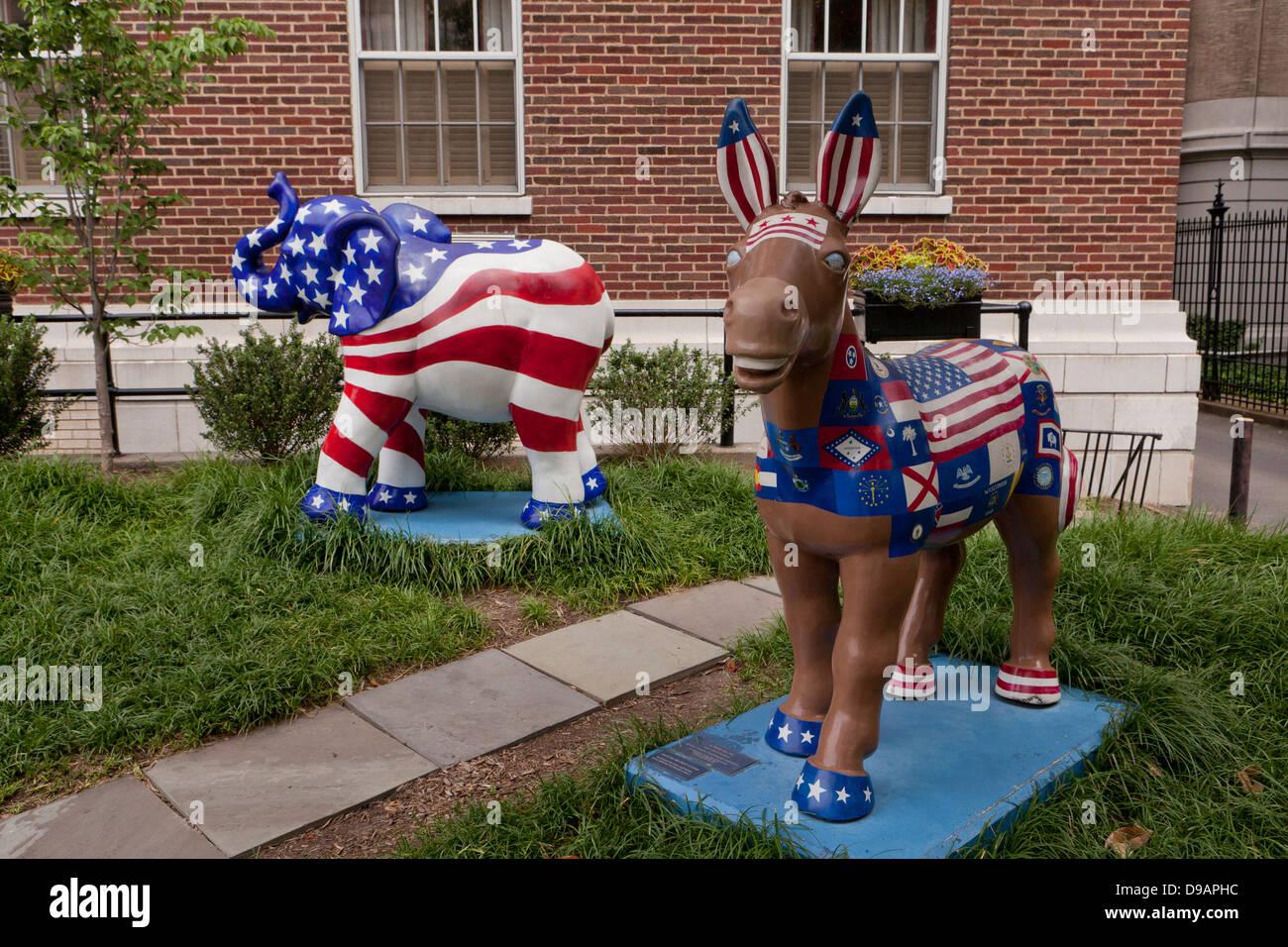 Parti politique nous mascottes, l'âne et l'éléphant, peint en rouge, blanc et bleu Photo Stock