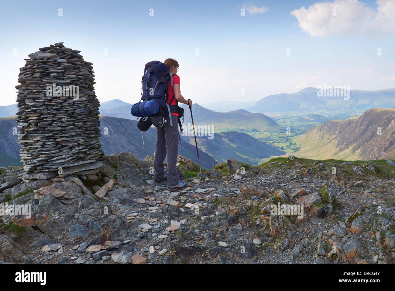 Un randonneur avec un grand sac à dos sur le sommet de la Dale Head, Buttermere Fells dans le Lake District. Photo Stock
