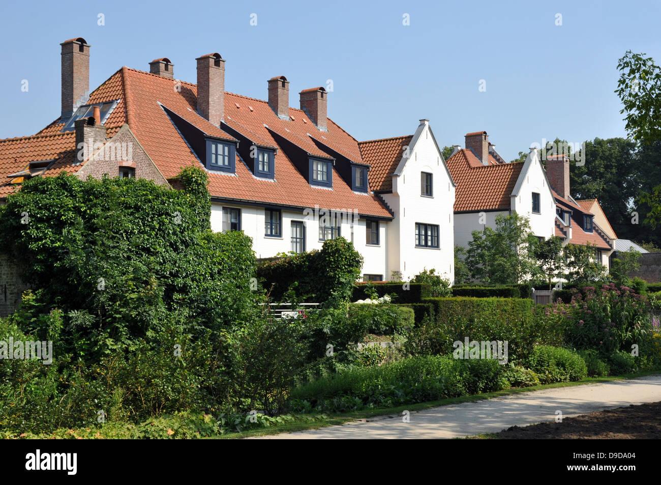 Maisons moderne typique juste à l\'extérieur du centre plus ...