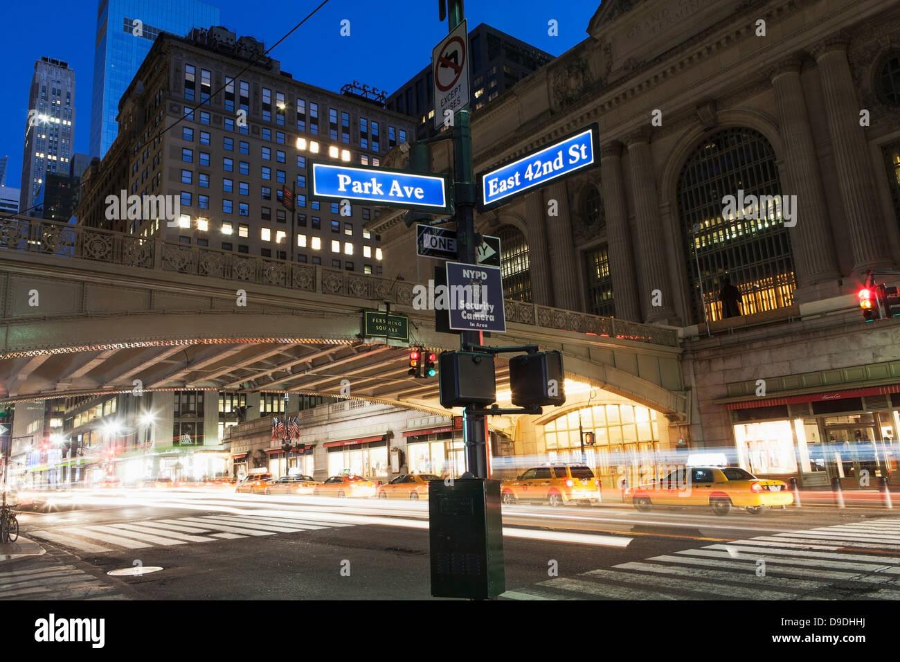 Les plaques de rue à l'extérieur de la gare Grand Central Station, New York City, USA Banque D'Images