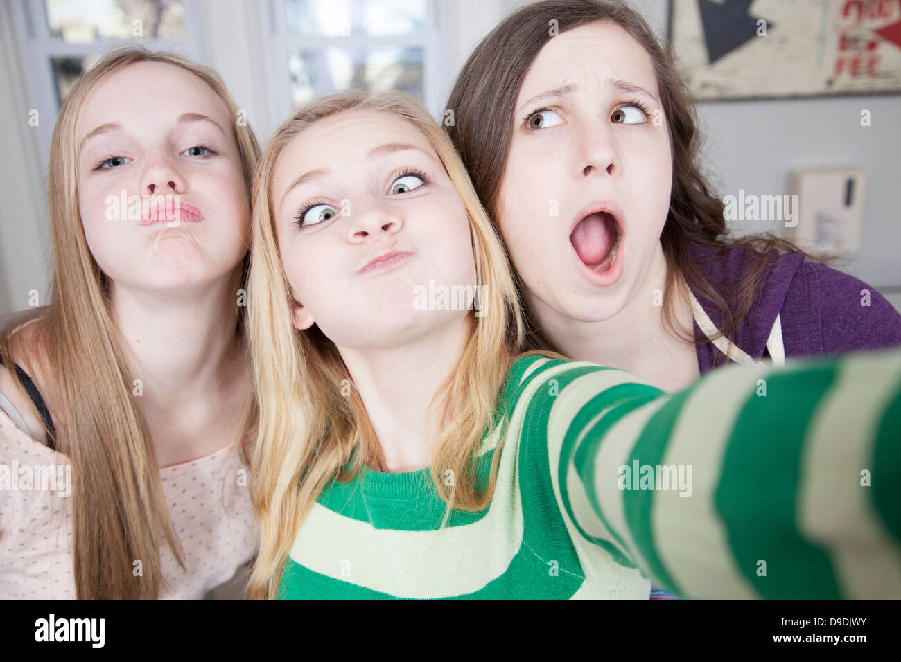 Les adolescents tirant funny faces Banque D'Images