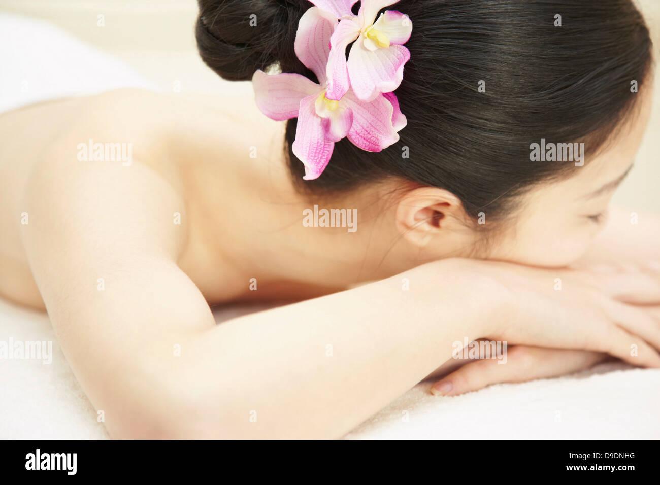 Femme avec fleur rose dans les cheveux Photo Stock