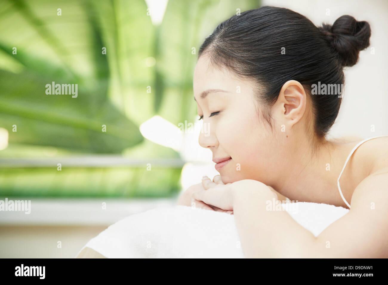 Femme avec cheveux bun située sur l'avant Photo Stock