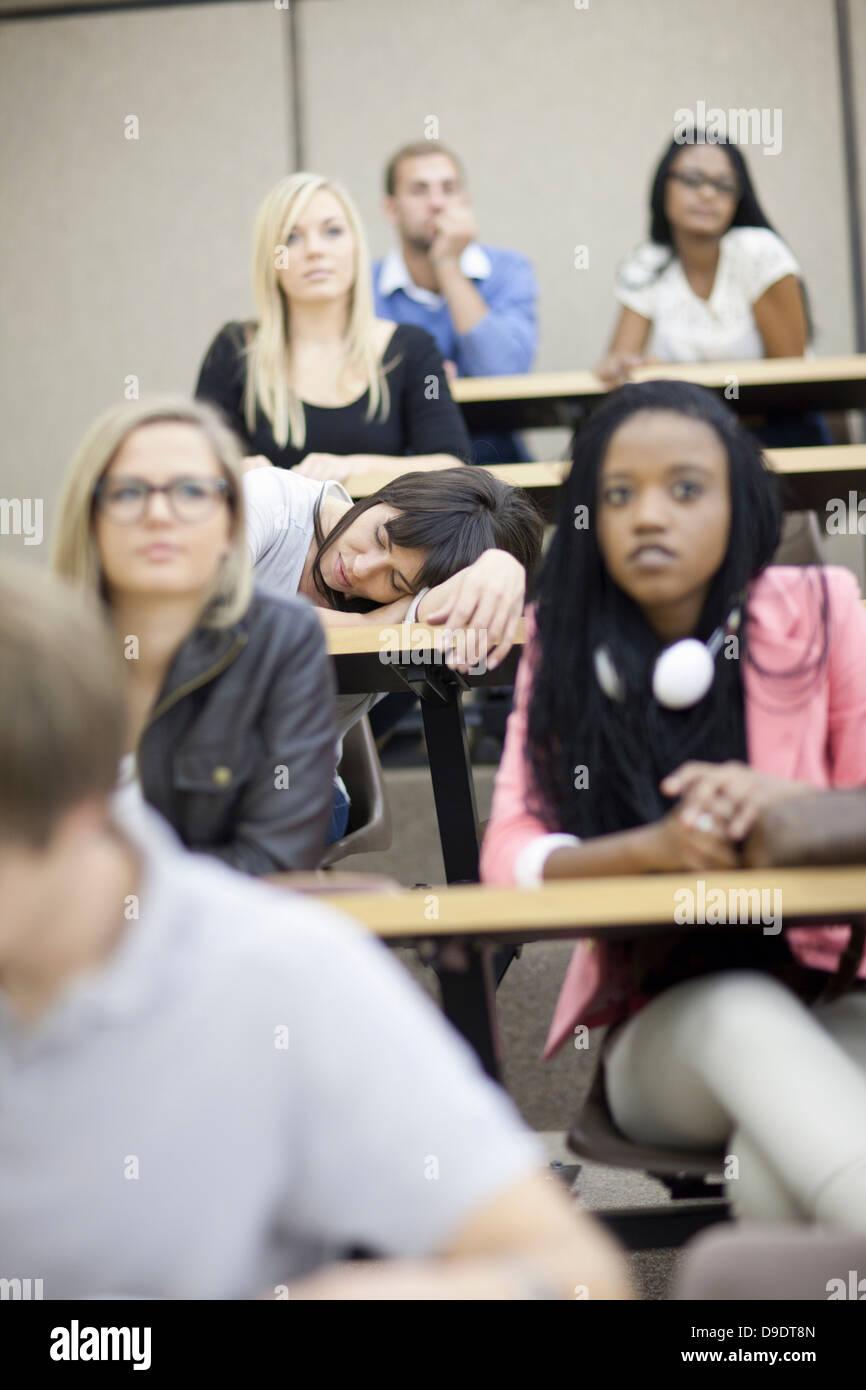 Les élèves en lecture Photo Stock