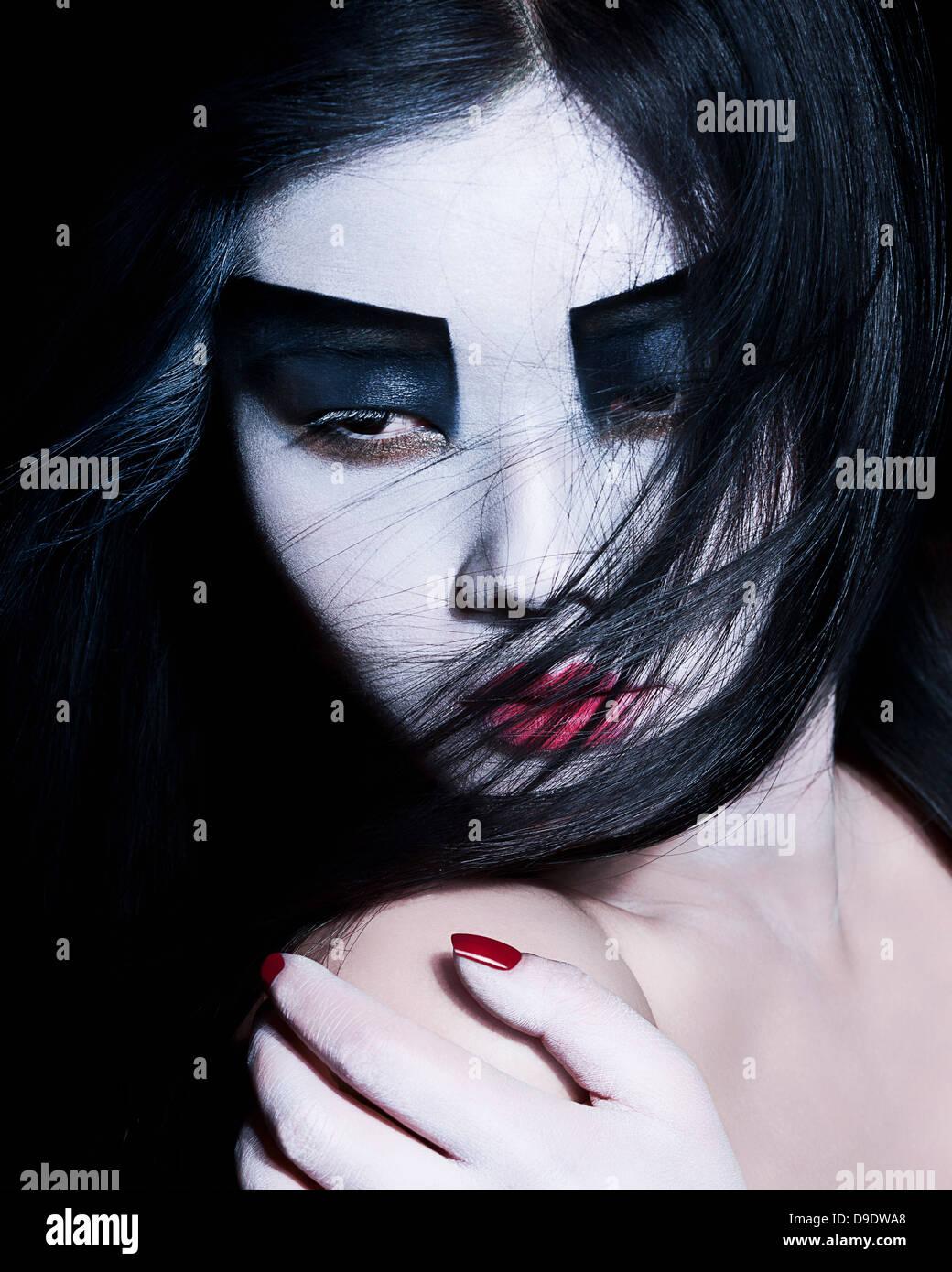 Jeune femme avec le fard à paupières noir, maquillage dramatique Photo Stock