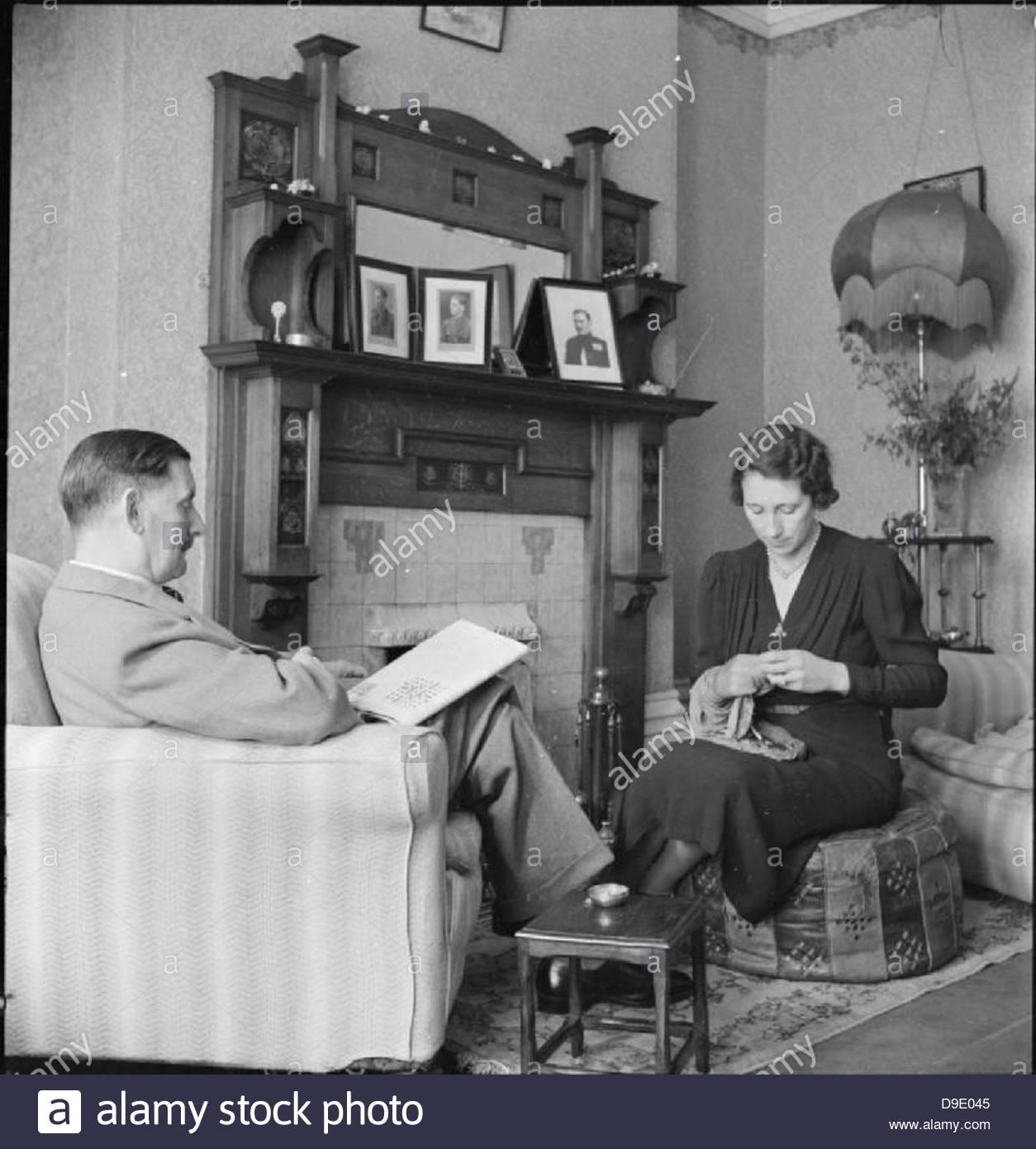 Travailleur de guerre tout-en- Vie quotidienne Pour Mme M Hasler, Barnes, Surrey, 1942 D9367 Photo Stock