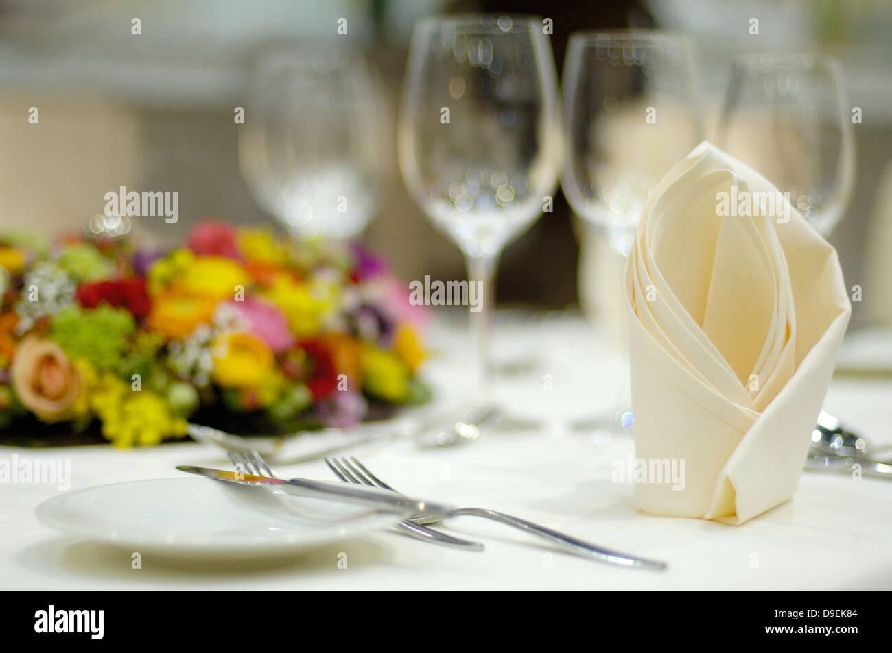 Ambiance ambiance bougies fête décoration fleurs couverts couverts couverts couverts de table Décoration Photo Stock