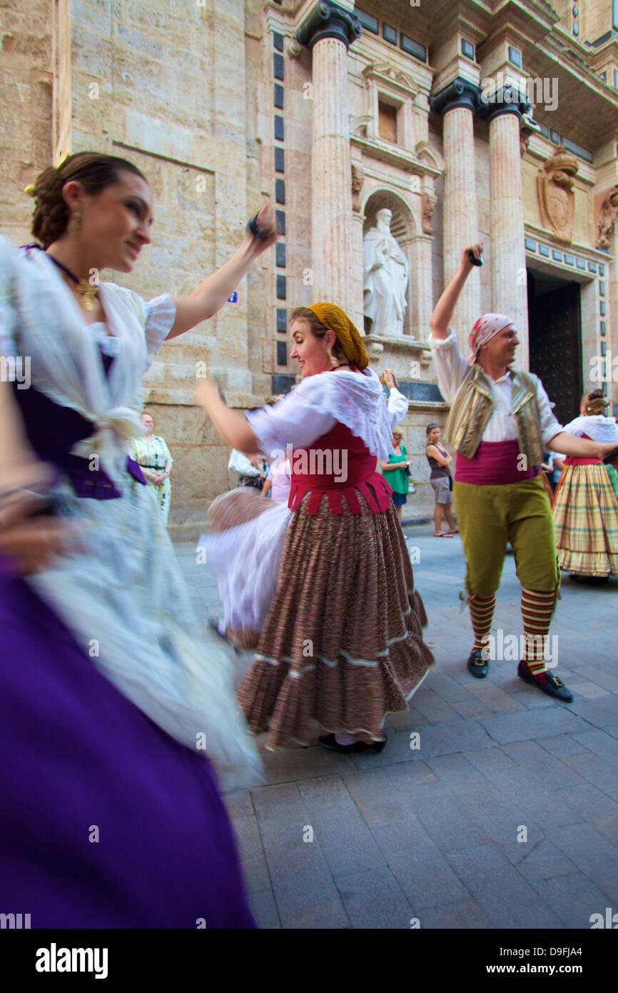 La danse traditionnelle à l'extérieur de la 13e siècle Iglesia y Convento del Carmen, Valencia, Photo Stock