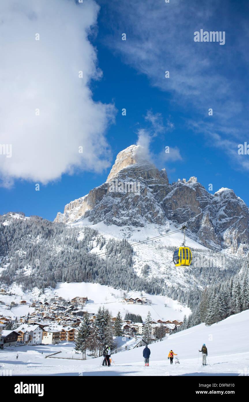 Avis de Corvara et gondole à l'Alta Badia ski avec Sassongher montagne derrière, Dolomites, Tyrol Photo Stock