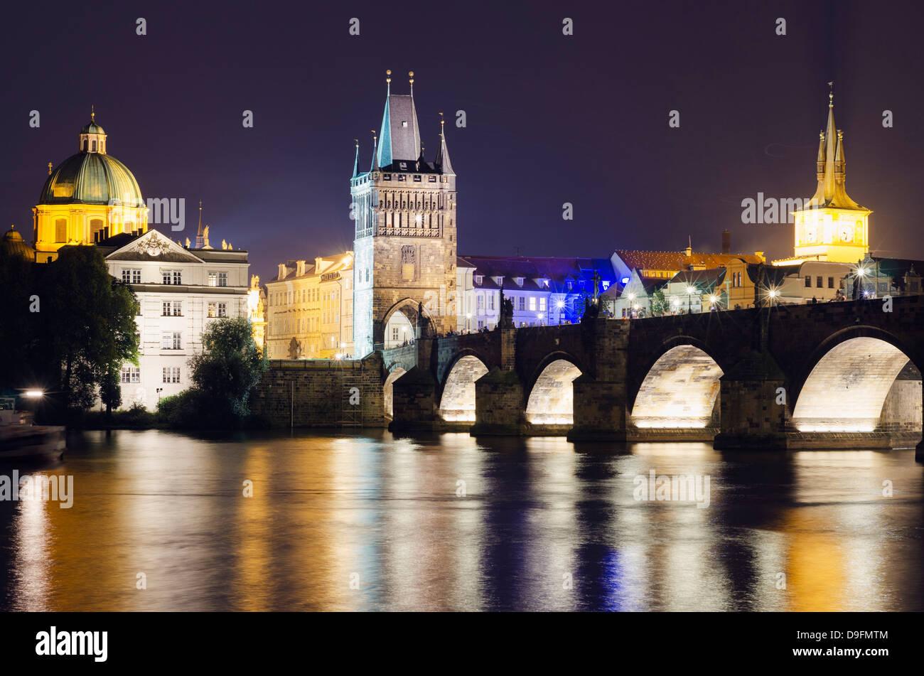 Le Pont Charles et la Tour du pont de Malá Strana, Site du patrimoine mondial de l'UNESCO, Prague, République Photo Stock