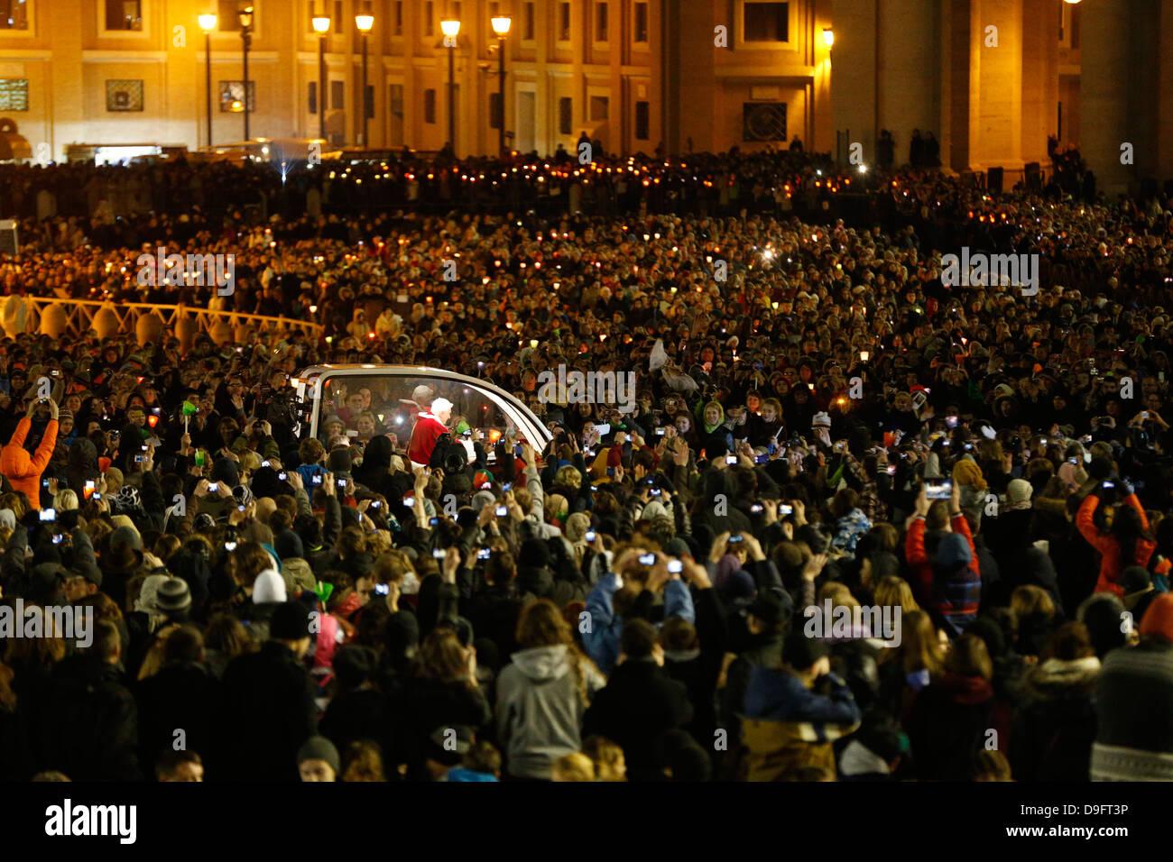 Des milliers de personnes dans la place Saint Pierre prier avec le Pape Benoît XVI à Rome dirigée Photo Stock