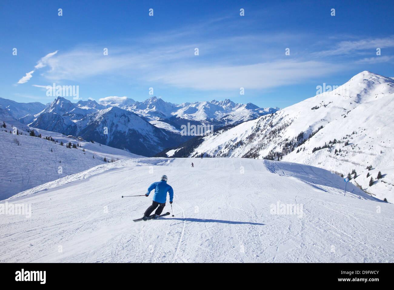 Skieurs sur piste bleue Levasset en hiver soleil, Champagny, La Plagne, Alpes, France Photo Stock