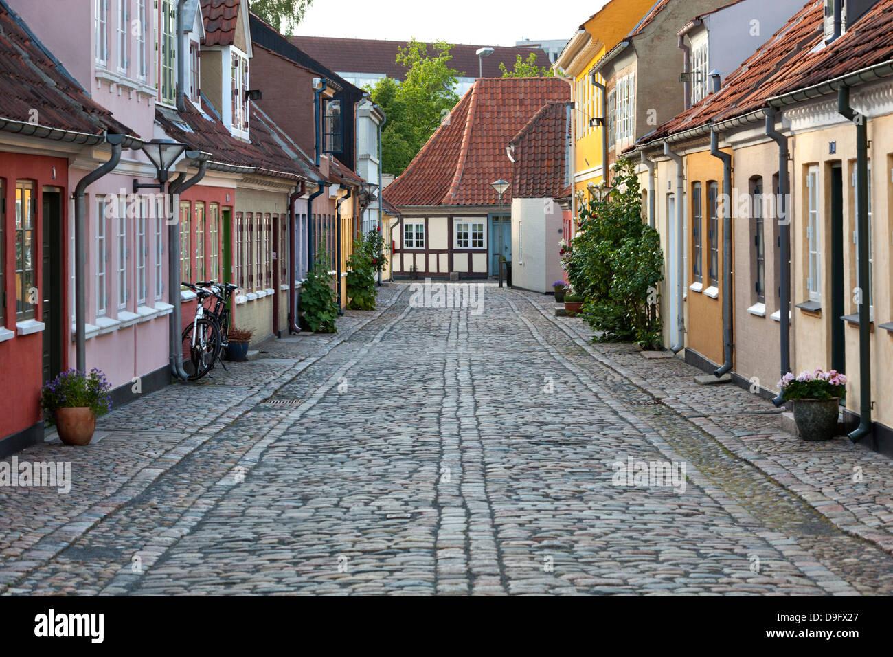 Cobblestone alley dans la vieille ville, quartier pauvre de mendiants, Odense, Fionie, Danemark, Scandinavie Photo Stock