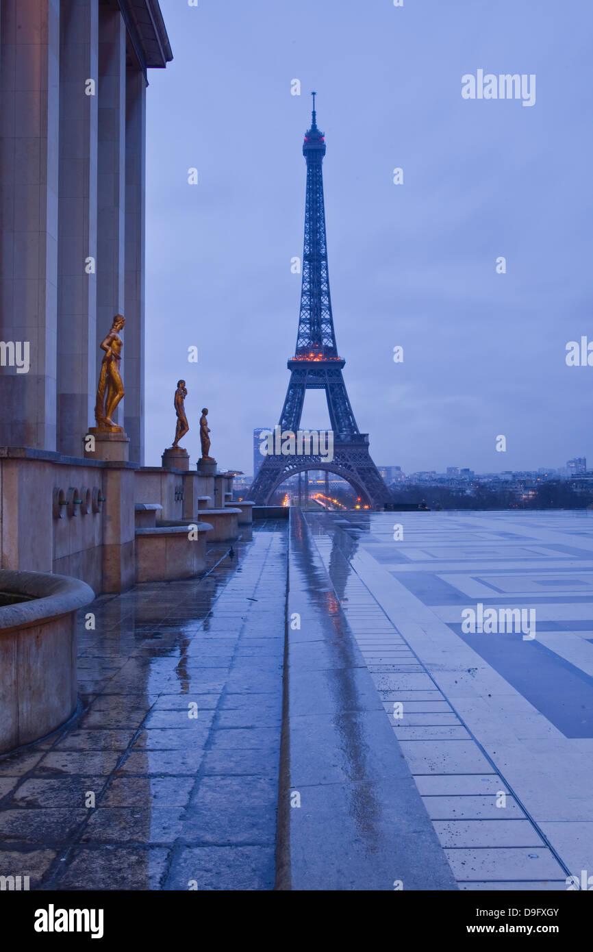 La Tour Eiffel sous des nuages de pluie, Paris, France Photo Stock