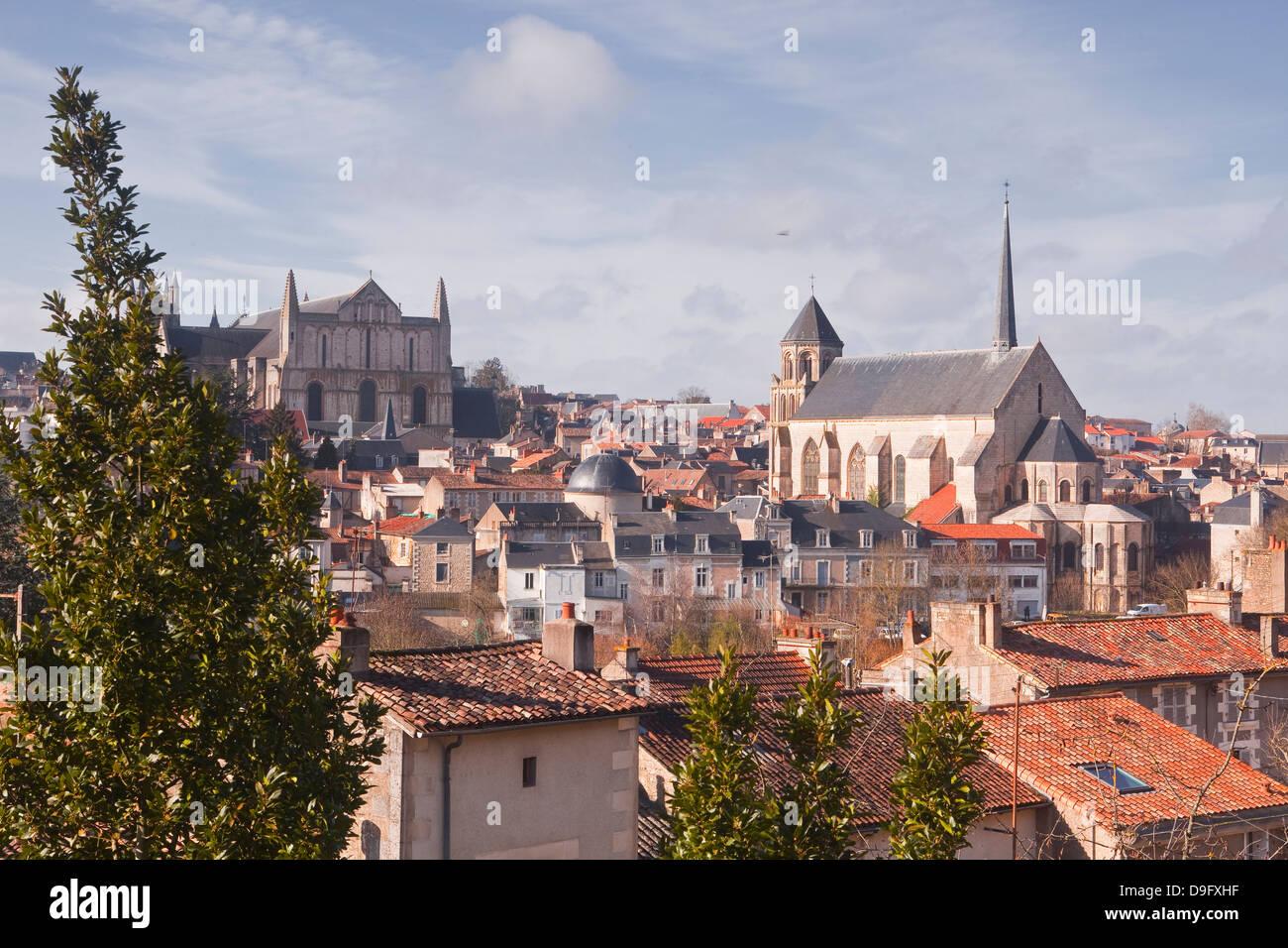 La ville de Poitiers avec la cathédrale de Saint Pierre au sommet de la colline, Poitiers, Vienne, Poitou-Charentes, Photo Stock