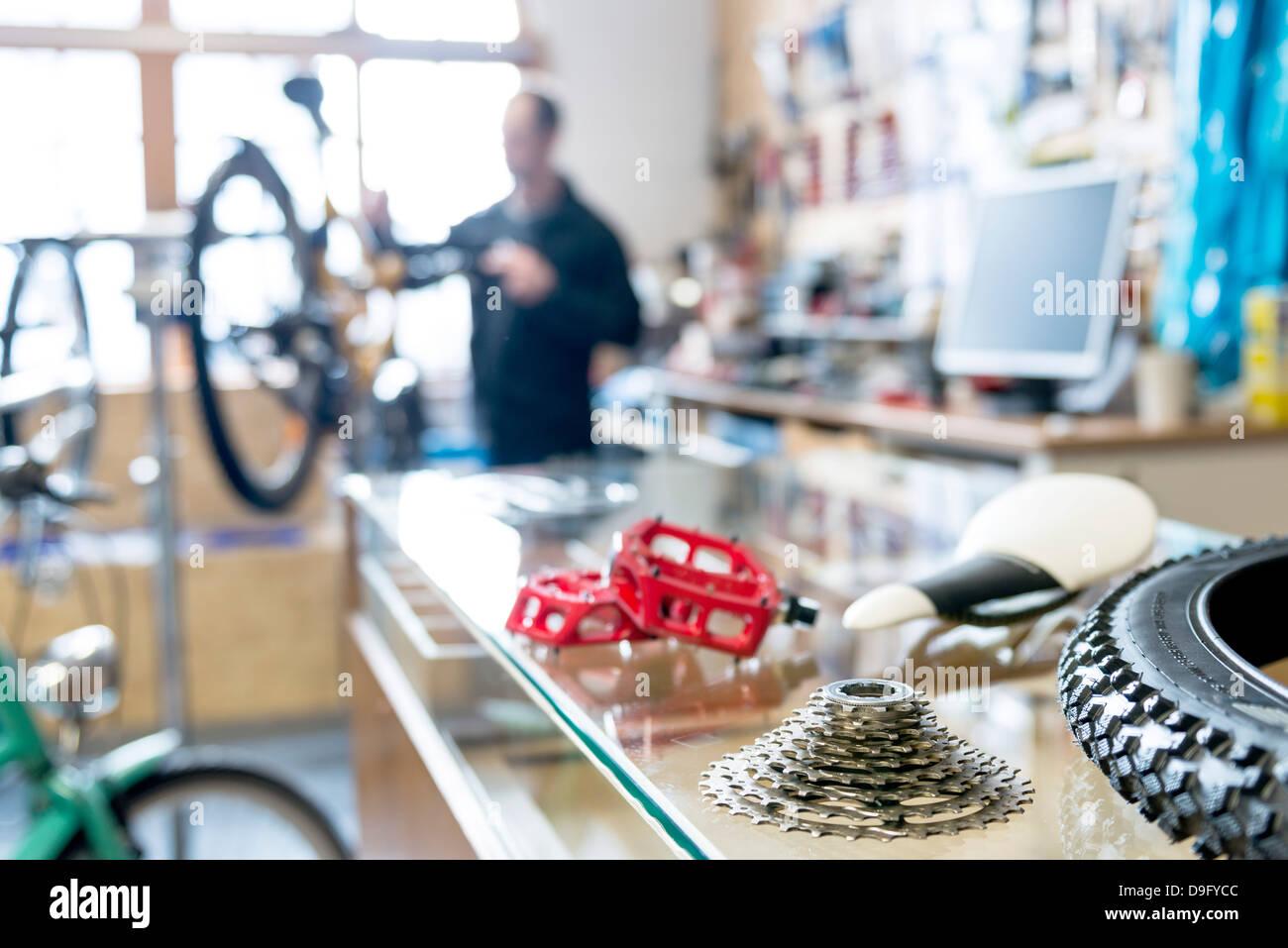 Mécanicien vélo au travail dans bike shop Photo Stock