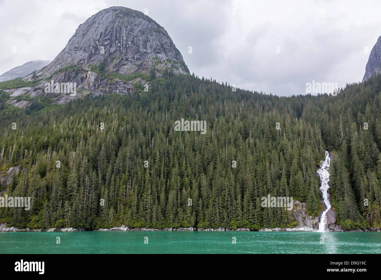 Fonte de la neige cascade dans Arm-Ford Tracy's terreur réserve intégrale, le sud-est de l'Alaska, USA Banque D'Images