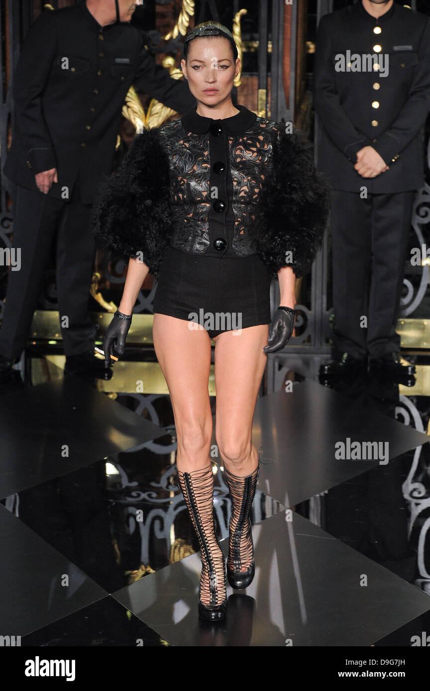 Kate Moss Fashion Week de Paris Prêt à Porter Automne Hiver 2011 - Défilé  Louis e8782ccd2c6