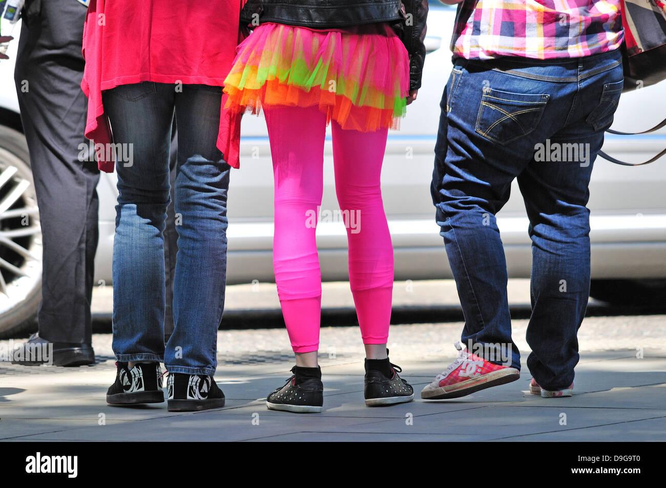 Londres, Angleterre, Royaume-Uni. Fille avec leggings colorés et jupe. Photo Stock