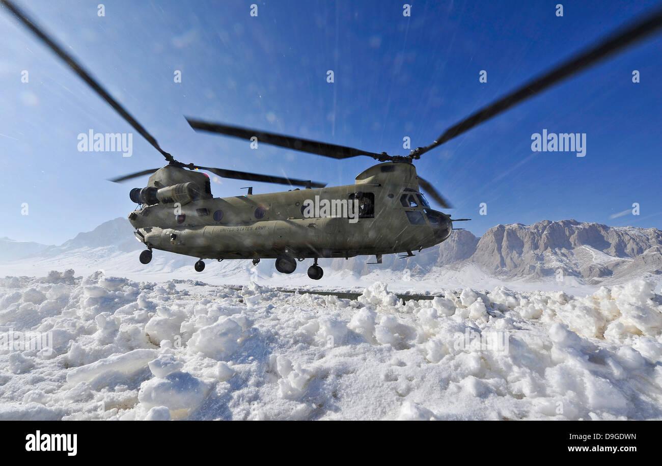 La neige vole jusqu'aux États-Unis comme un hélicoptère CH-47 Chinook de l'Armée se prépare à la terre Banque D'Images