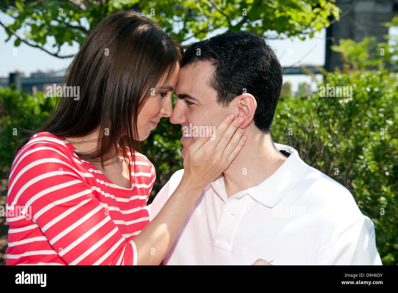 Young Caucasian Couple regarder les uns les autres avec amour Photo Stock