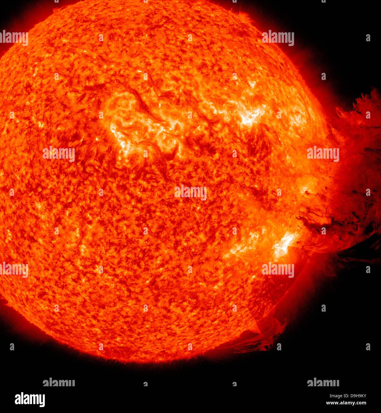 Une éruption solaire M-2 avec éjection de masse coronale. Banque D'Images