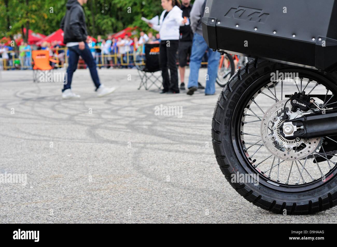 Roue de moto avec surface goudronnée marqué avec marques de dérapage Photo Stock