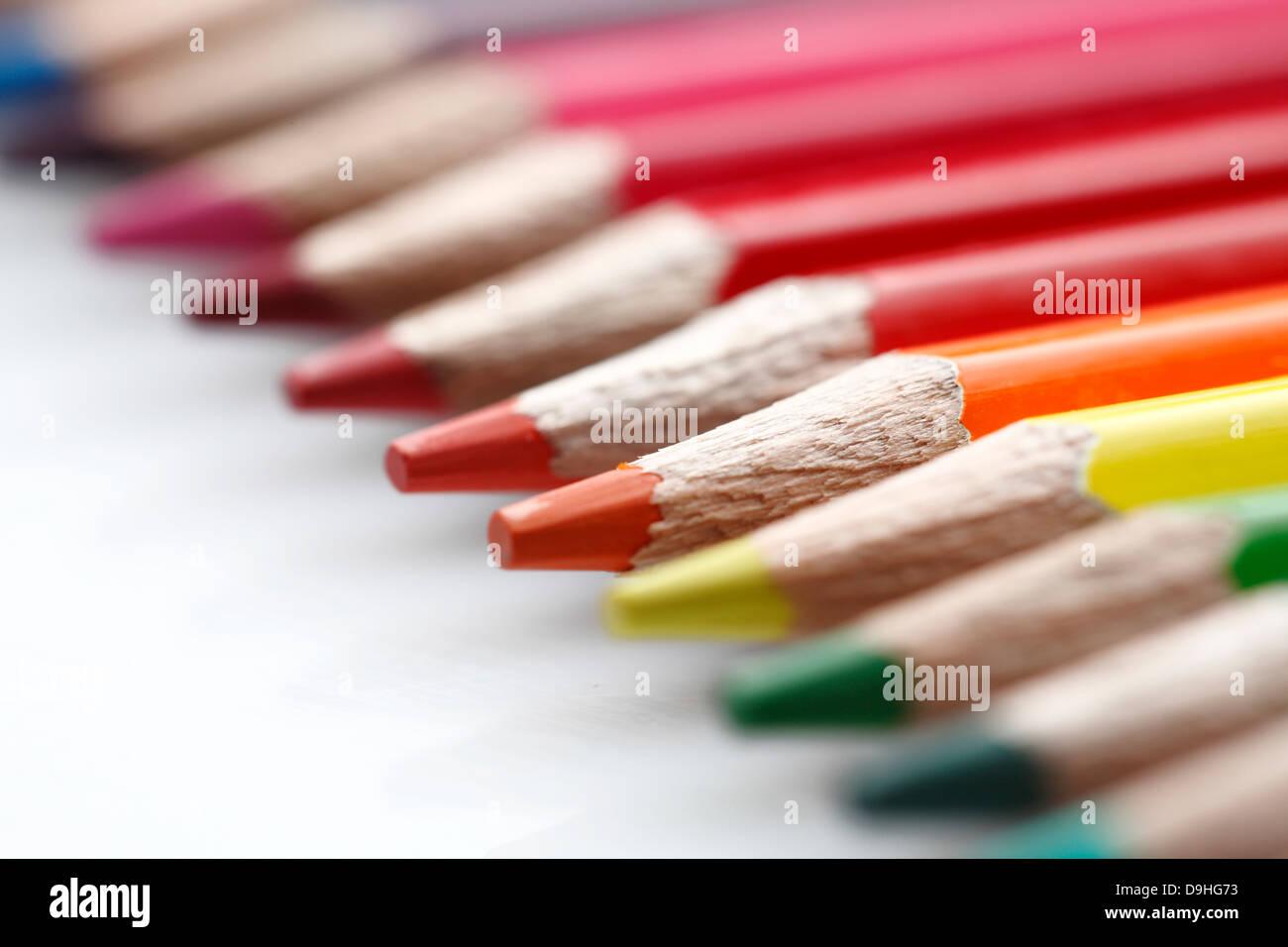 Un crayon de couleur tourner en perspective. Photo Stock