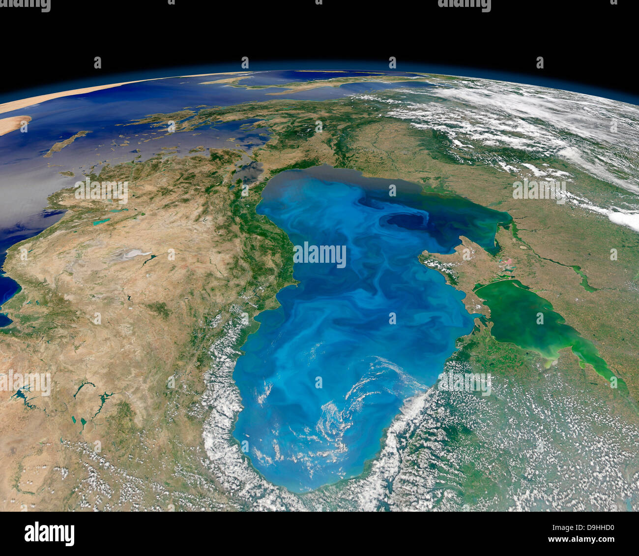 Vue satellite de floraison du phytoplancton bleu tourbillonnant dans la mer Noire. Banque D'Images