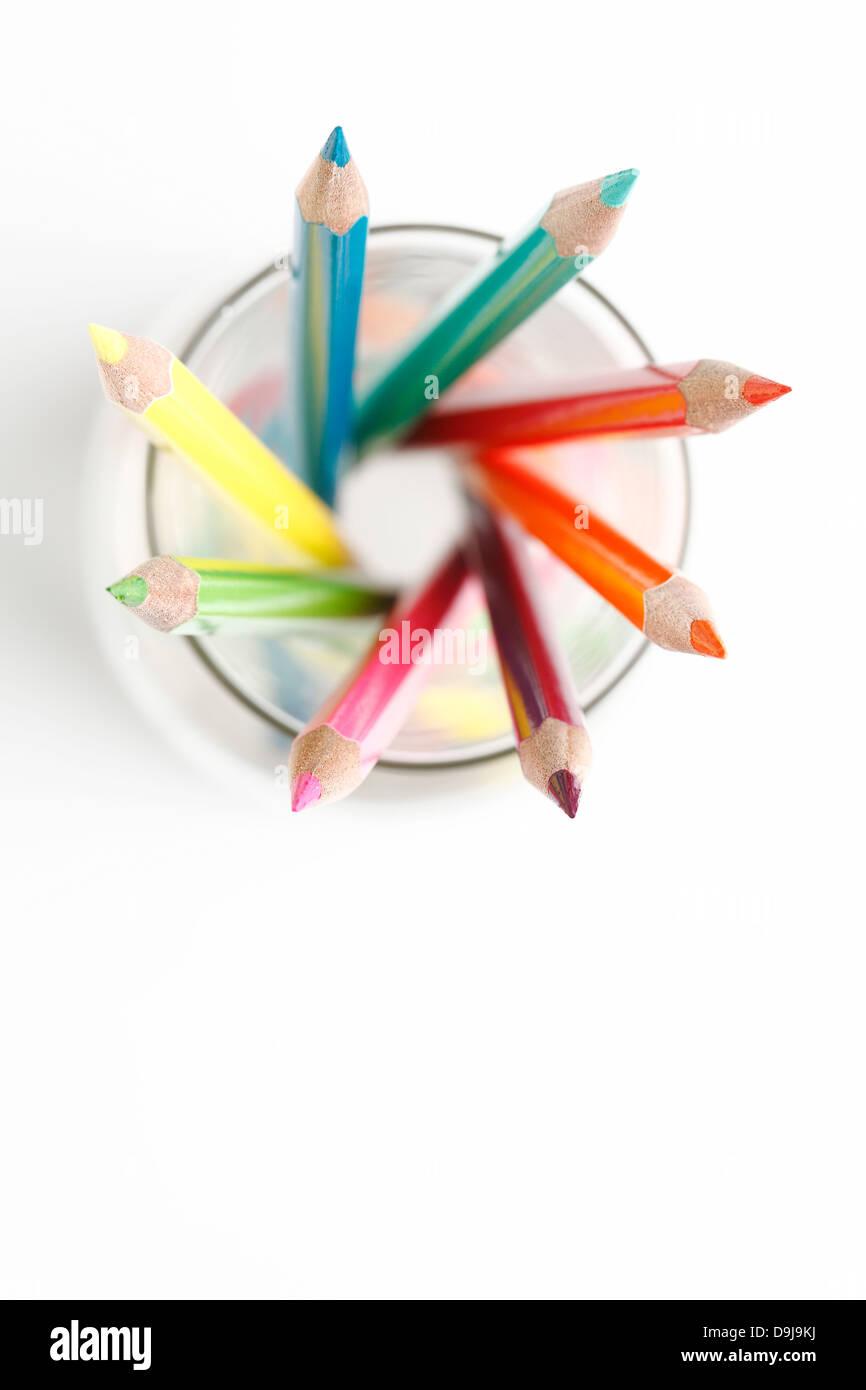 Un crayon de couleur dans un bocal en verre. Photo Stock