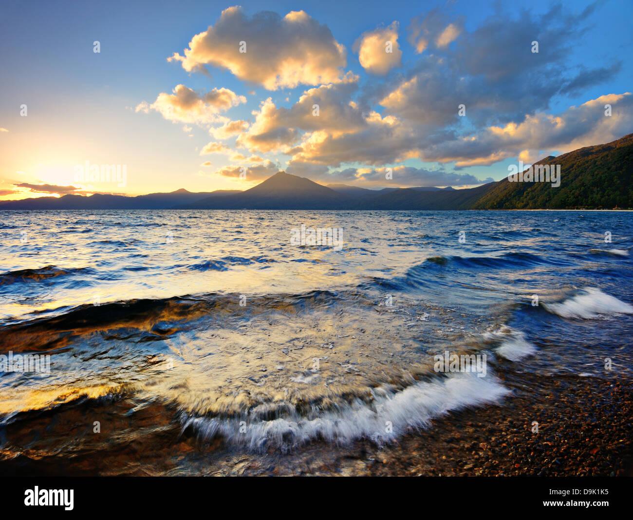 Shikotsu Lake au coucher du soleil à Hokkaido, au Japon. Photo Stock