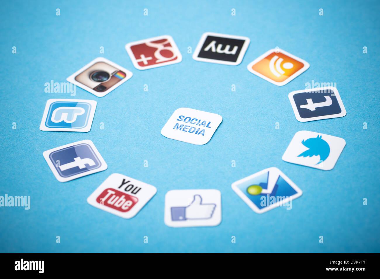 Un logotype collection de médias sociaux bien connues marques imprimées sur du papier et placés sur Photo Stock