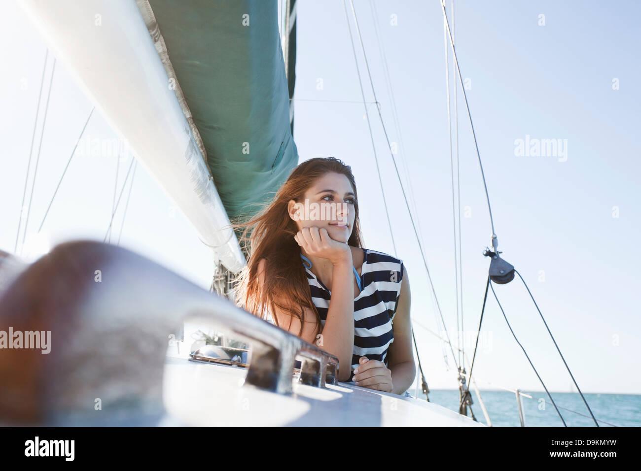 Jeune femme sur le port de yacht haut rayé Photo Stock