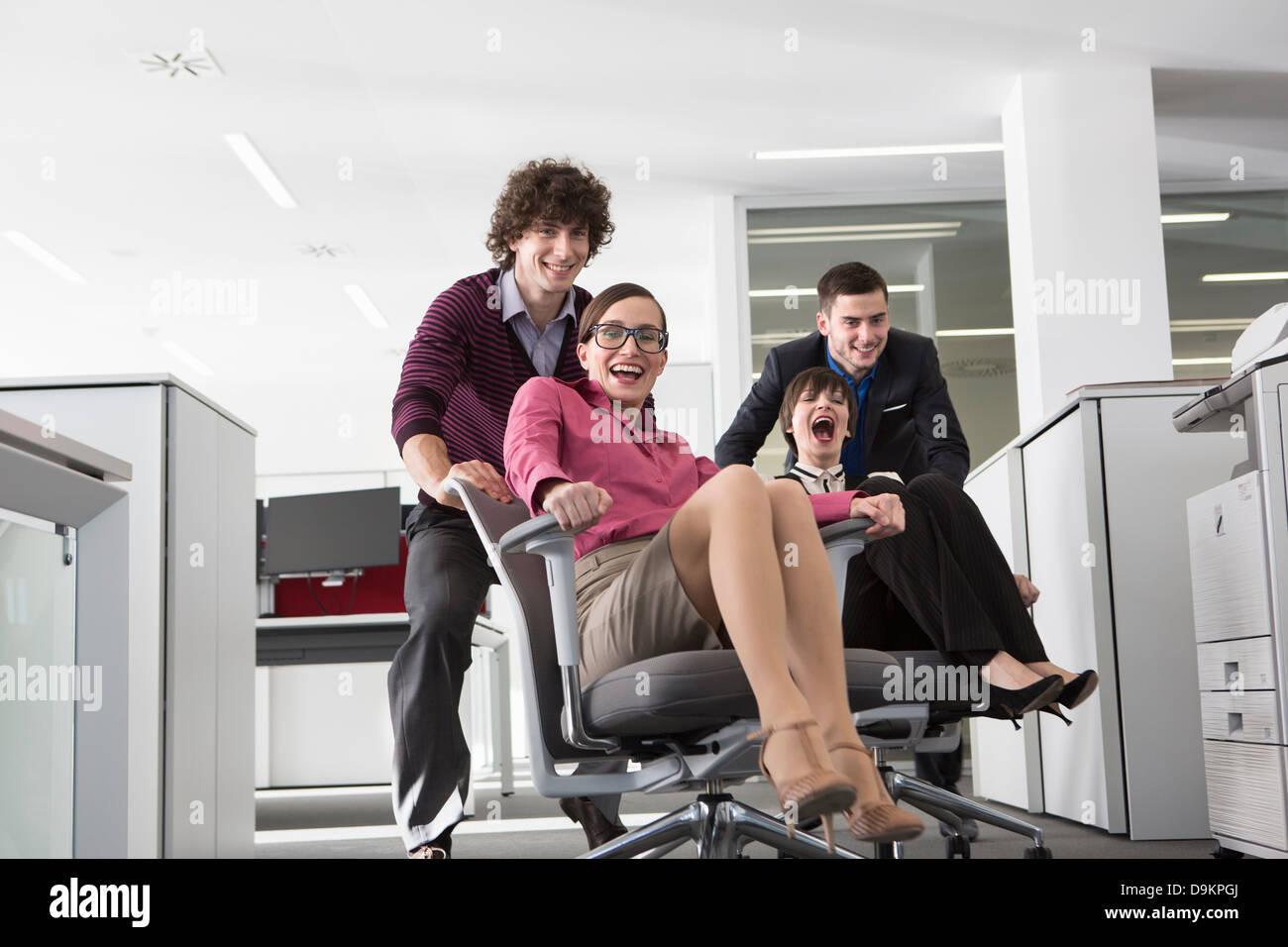 Les employés de bureau que les femmes sur les chaises de bureau Banque D'Images