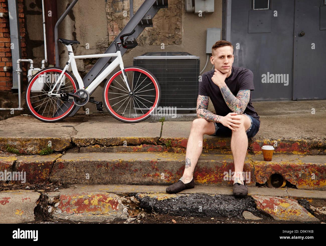 Portrait de jeune homme tatoué sur les mesures Banque D'Images