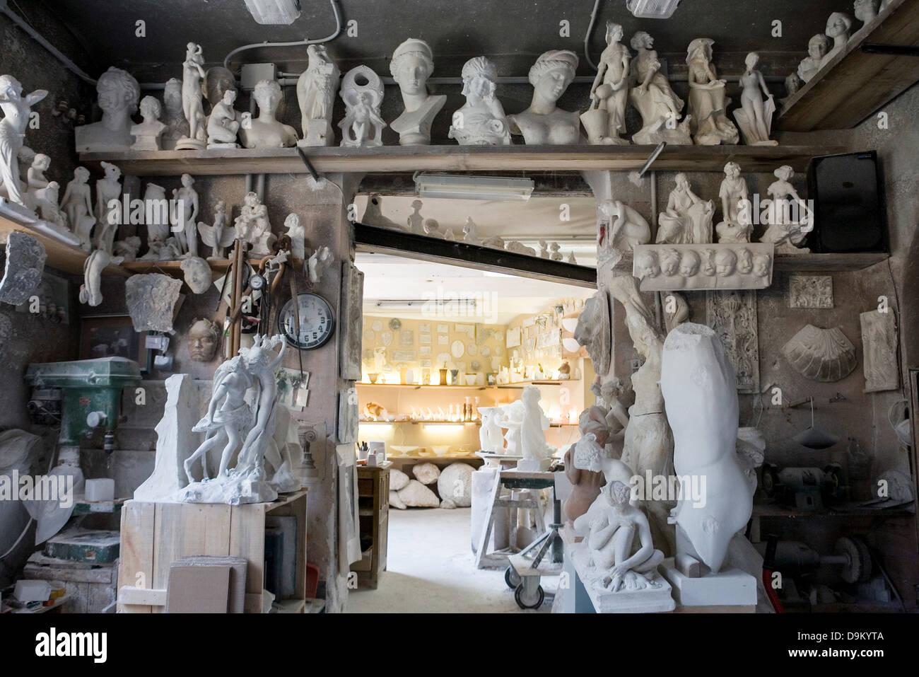 Grand groupe d'art et de la sculpture dans l'atelier de l'artiste Photo Stock