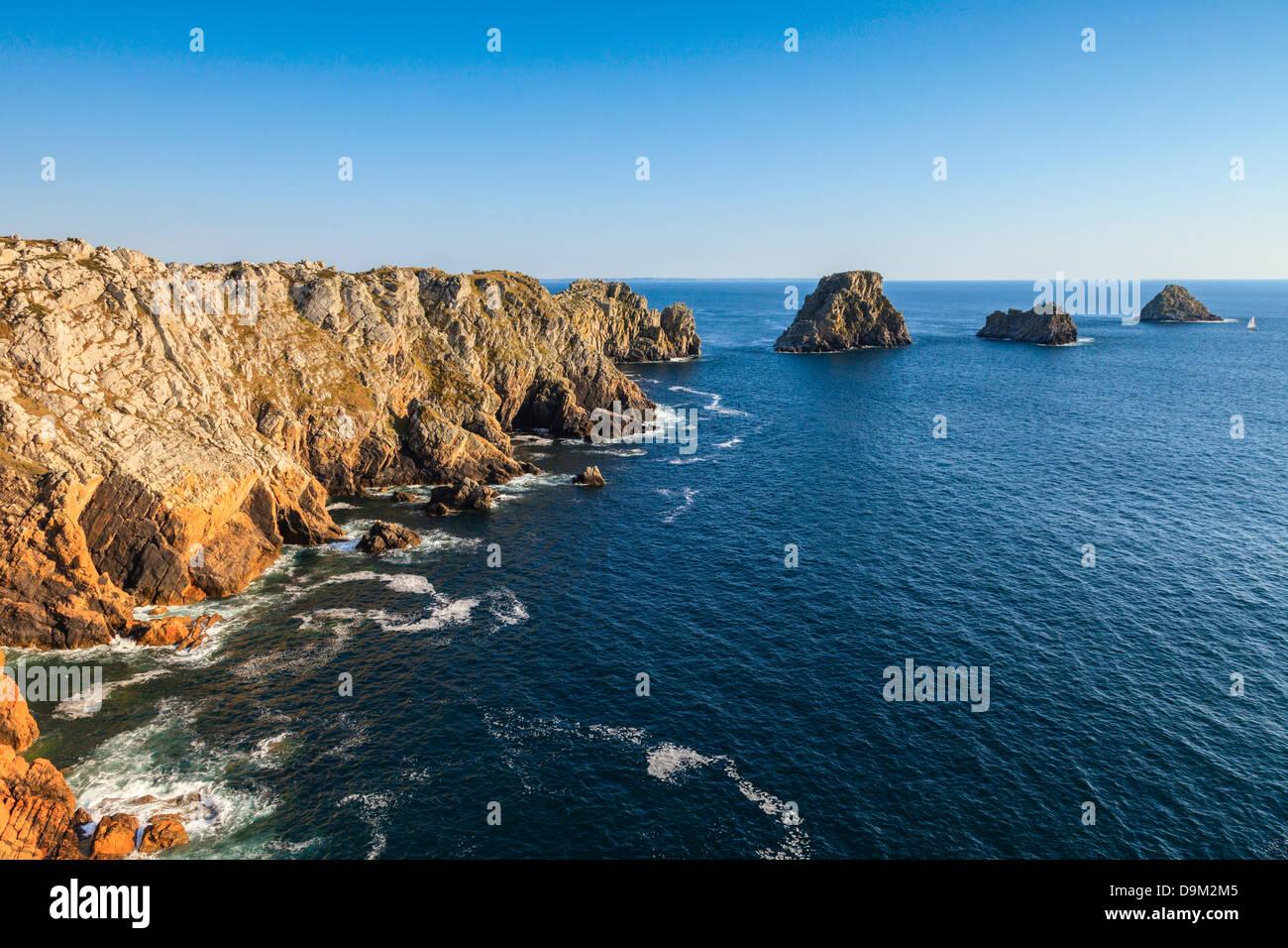 Pointe de Pen-Hir et les Tas de Pois, près de Camaret-sur-Mer sur la presqu'île de Crozon, Bretagne, Photo Stock