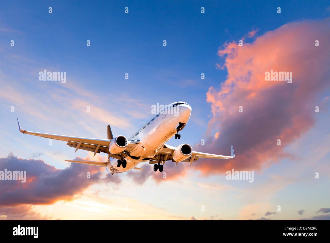 En venant de l'avion à la terre au coucher du soleil - Boeing 737 en venant à la terre au coucher Photo Stock