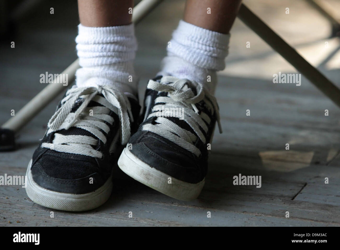 Les Blanc Sneakers PiedsVêtu Et Noir De EnfantSeulement H2IDE9