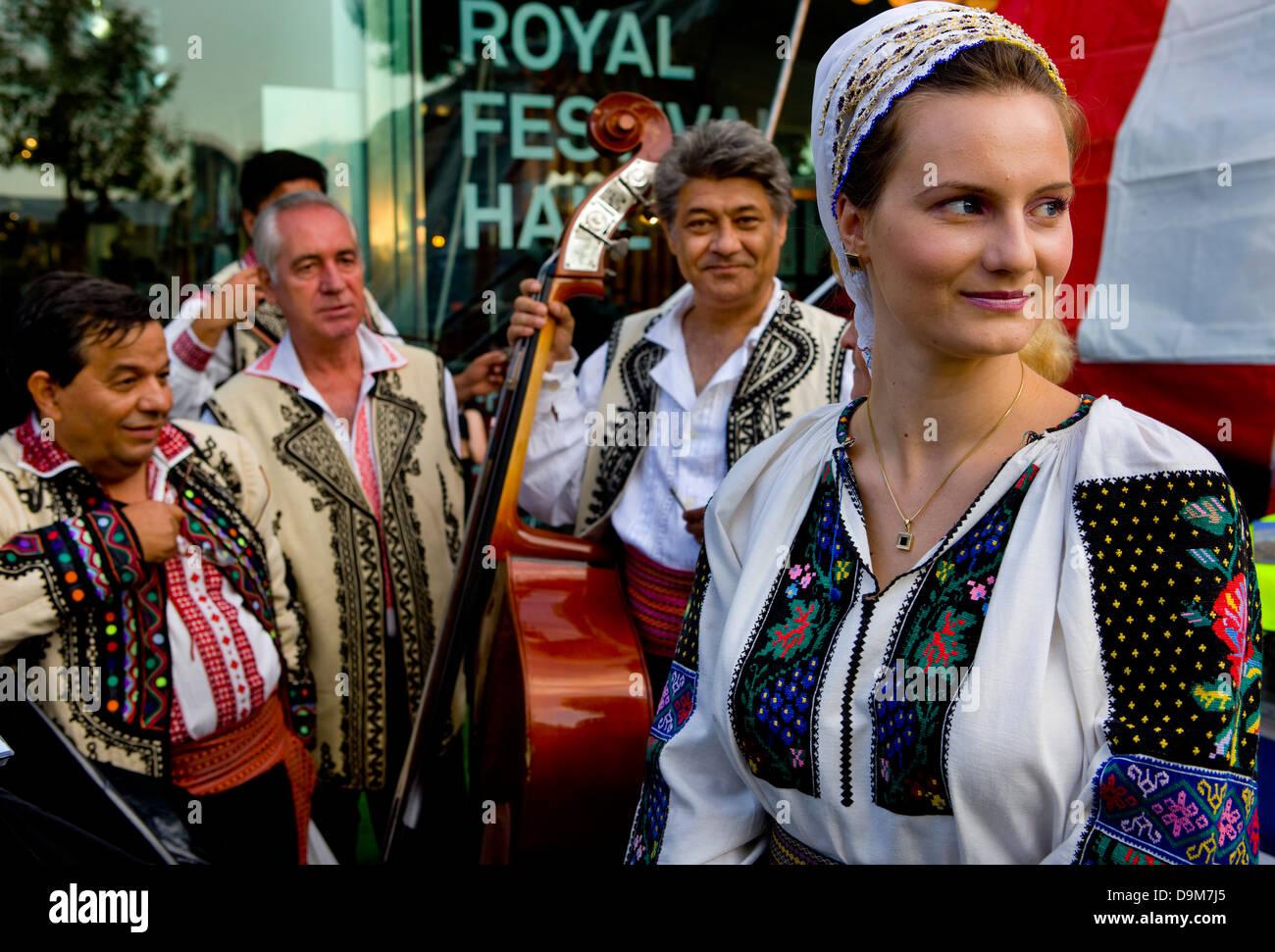 Groupe folklorique roumaine, le long de la rive sud de la Tamise. Thames Festival 2008 Photo Stock