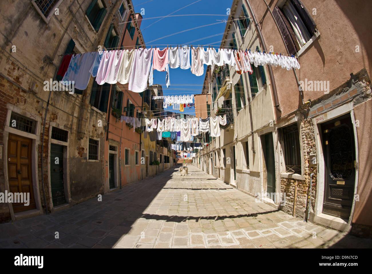 Laundry day off Viale Garibaldi, Venise Photo Stock
