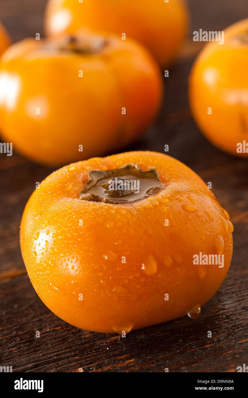 Kaki Orange biologique sur un fond de Fruits Photo Stock