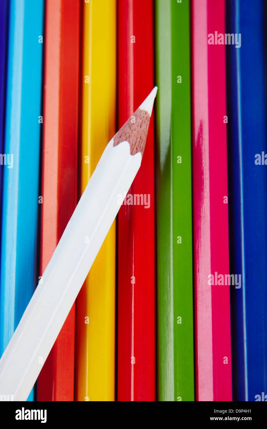 Un crayon de couleur blanche sur le dessus du reste Photo Stock