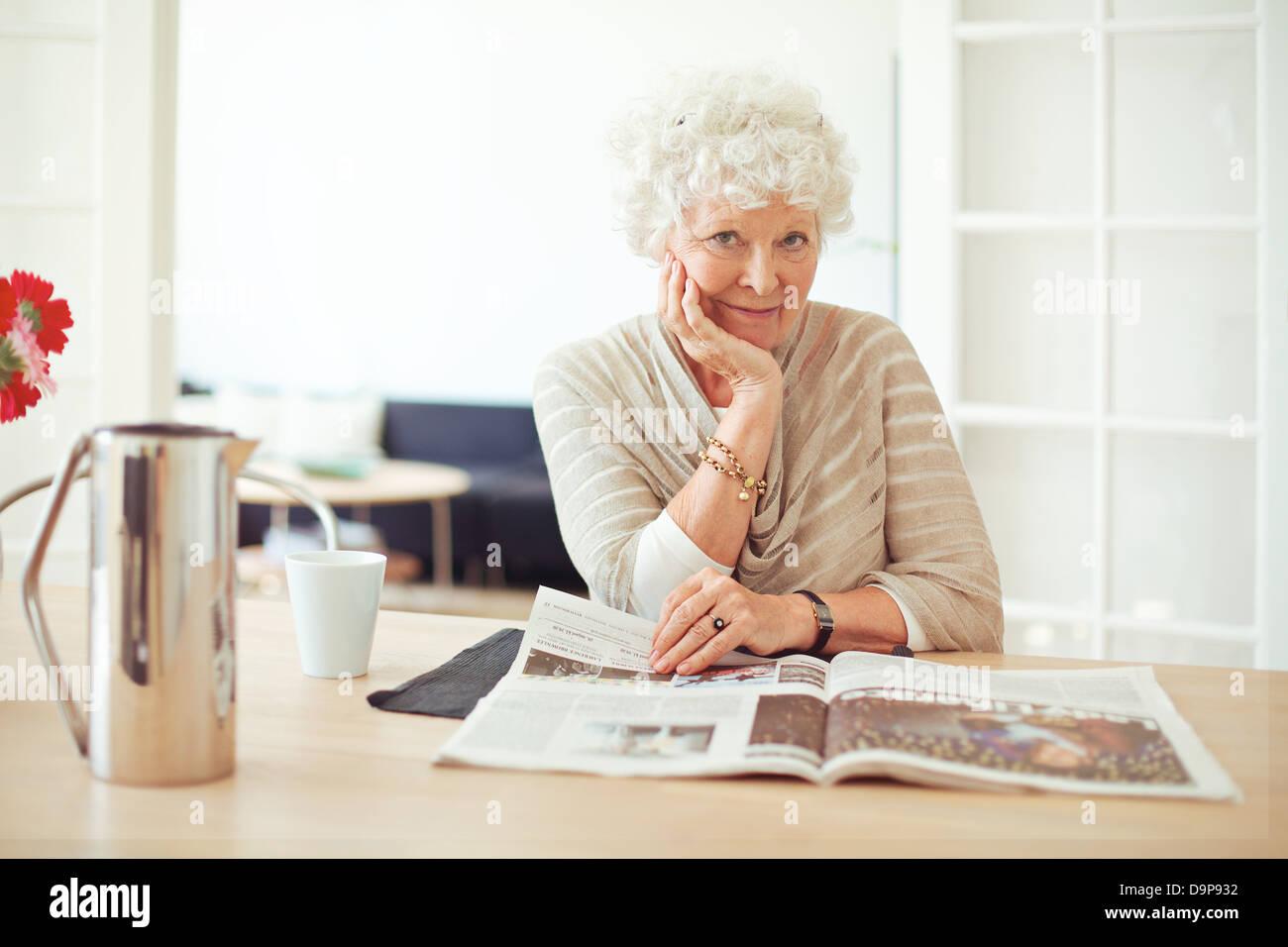 Portrait d'une élégante vieille femme à la lecture d'un magazine Photo Stock
