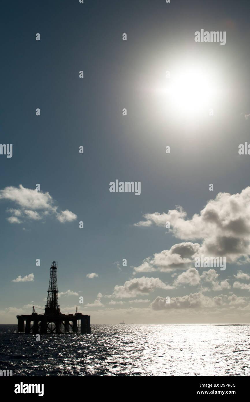 Offshore oil drilling rig silhouette à l'horizon Photo Stock