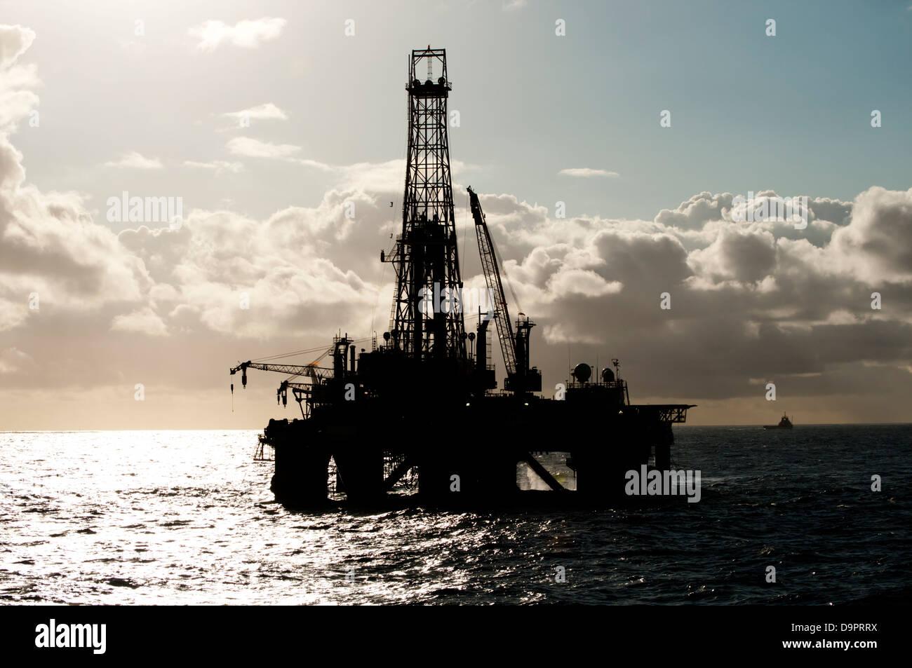 Offshore oil drilling rig silhouette à l'horizon Banque D'Images
