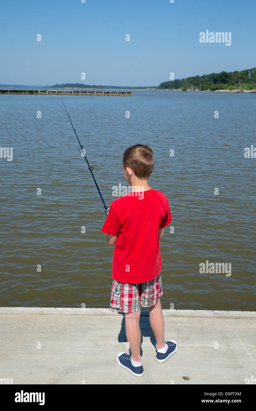 Jeune garçon sur un quai de pêche Williamsburg, Virginie, USA Photo Stock